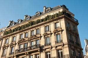 immeuble parisien en coin avec terrasses vertes